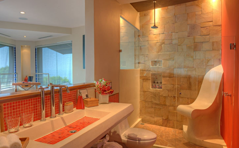 red room bath area villa punto de vista